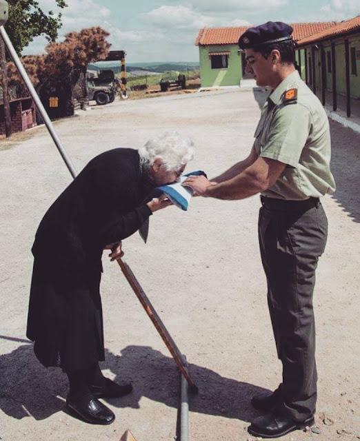 Όλη η ιστορία της Ελλάδας σε μια φωτογραφία!️ Απλά, ΥΠΟΚΛΙΝΟΜΑΣΤΕ Κυρία μου