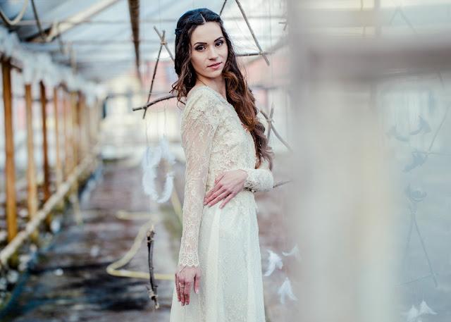 Piórkowy backdrop na weselu.