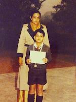 Foto Gautam Rode masa kanak-kanaknya menerima hadiah pertama dalam perlombaan 100 mtr