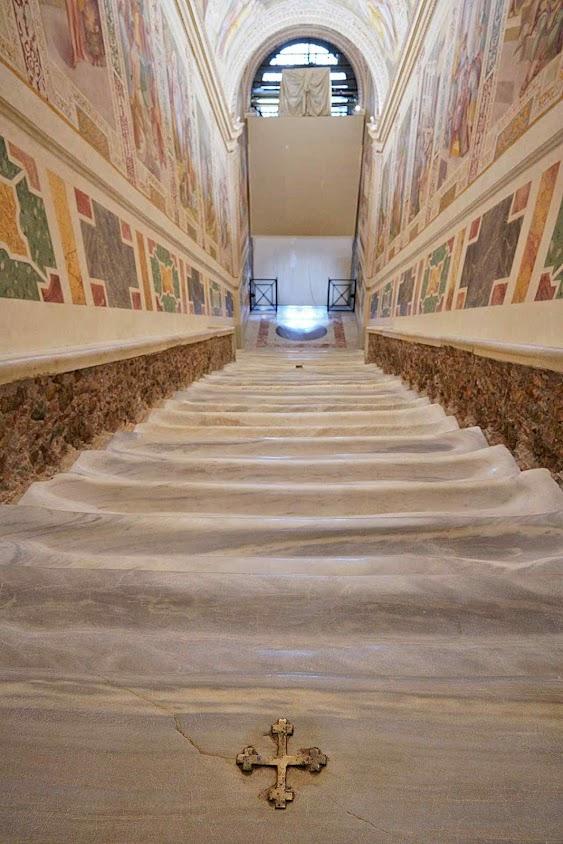 A Escada Santa restaurada. Cruz dourada no lugar onde Nosso Senhor teria vertido uma gota de sangue