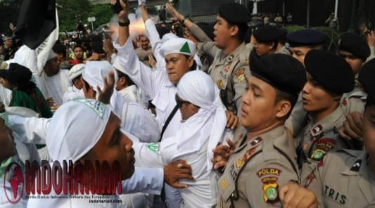 Massa FPI Minta Polisi Bebaskan Rizieq