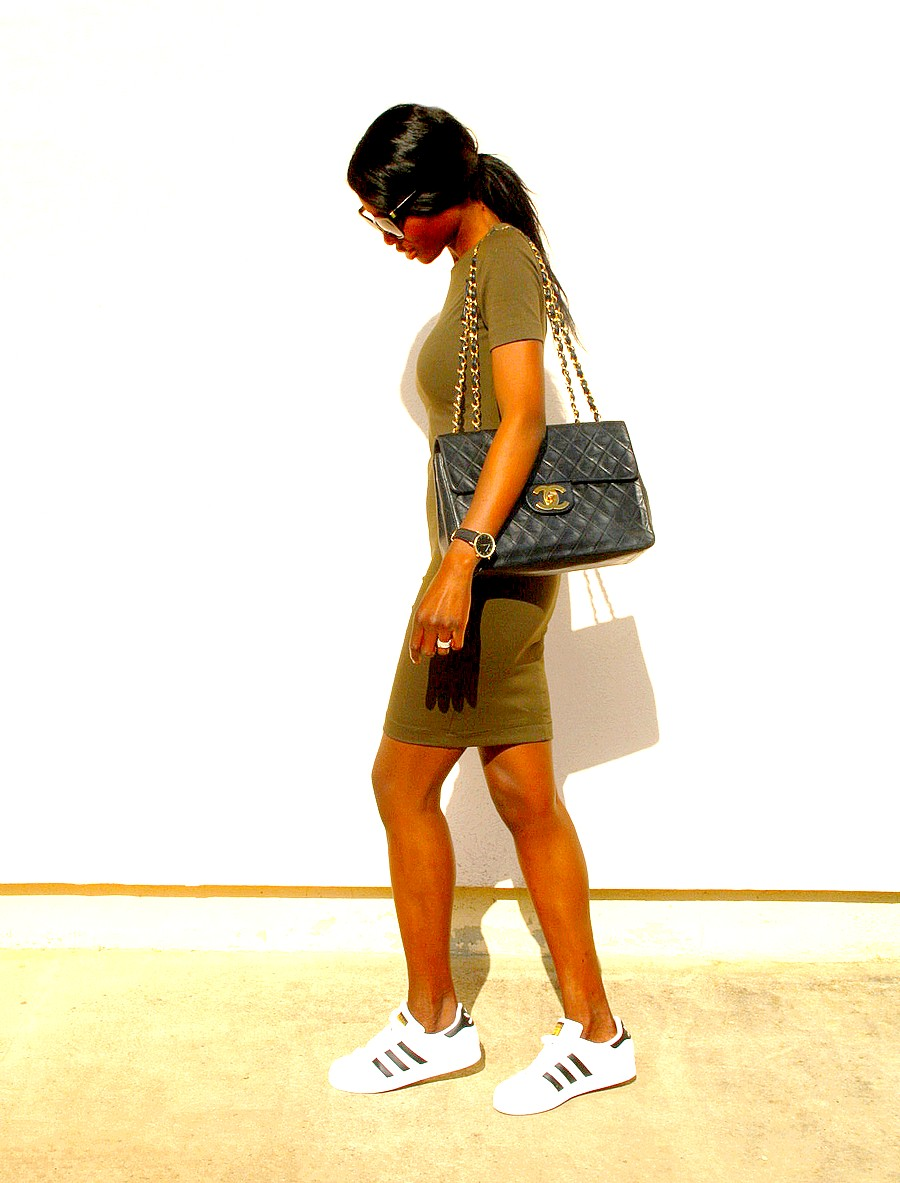 robe-moulante-kaki-sac-chanel-adidas-superstar