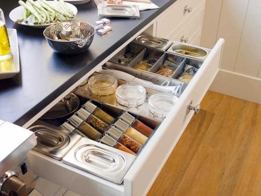 Ciekawa kuchnia ze szklaną ścianą, wystrój wnętrz, wnętrza, urządzanie domu, dekoracje wnętrz, aranżacja wnętrz, inspiracje wnętrz,interior design , dom i wnętrze, aranżacja mieszkania, modne wnętrza, kuchnia, kitchen, jadalnia, projekt kuchni, kuchnia ze szklaną ścianą, biała kuchnia, spiżarnia, spiżarka,