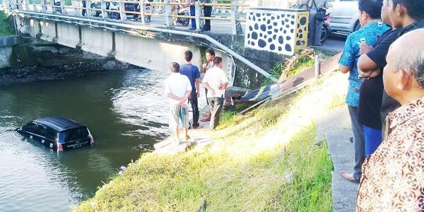 Akibat Kurangnya Pencahayaan, Kijang Innova Terjun Ke Sungai Batang Mangguang Pariaman
