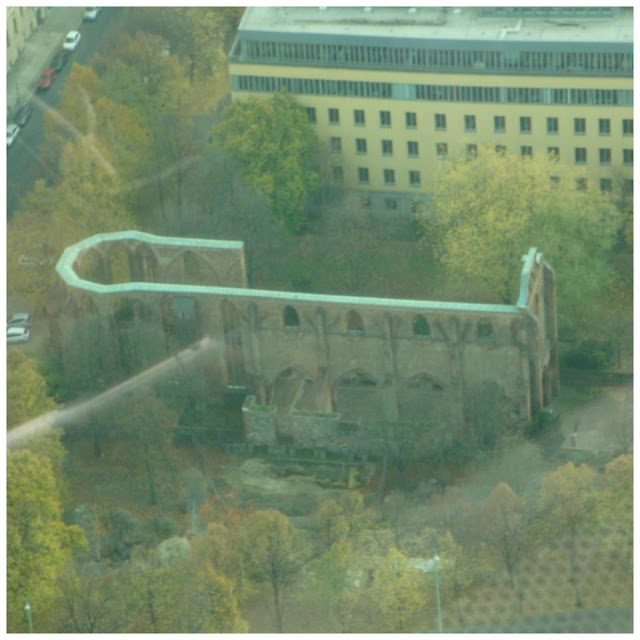 ruínas do Franziskaner Klosterkirche vistas doa Torre de TV em Berlim