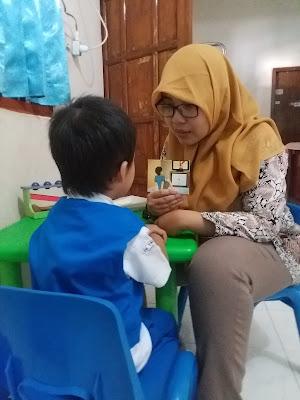 kegiatan-merangsang-anak-speech-delay-berbicara-dengan-kartu-bergambar