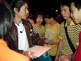 Masaya Matsukaze signing autographs