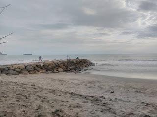 Gambar 6. Pantai yang bersih dan indah di penangkaran penyu Pariaman
