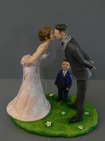 statuine torta nuziale a tema realistiche sposi si baciano orme magiche