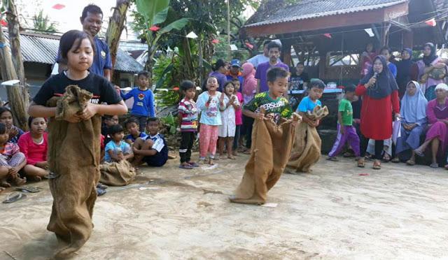 Lomba balap karung yang digelar di Desa Sarikemuning