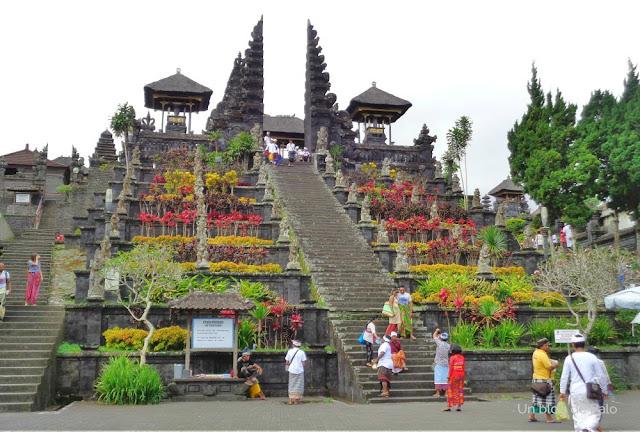 Escalera monumental al Templo de la Madre (Pura Besakih)