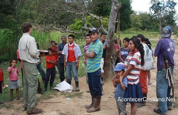 Misionero compartiendo la Palabra a indígenas de pueblo Tolupan