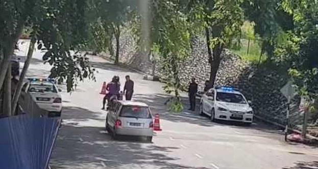 Lelaki Guna Hampir 1 Jam Rakam Polis Letak Road Block Nak Tangkap Pemandu Yang Buat Salah, Tak Sangka Ini Yang Dirakam!