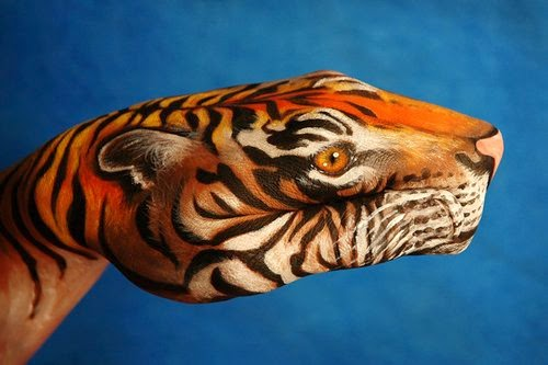 19-Tiger-Guido-Daniele-Painting-Animals-on-Hands-www-designstack-co