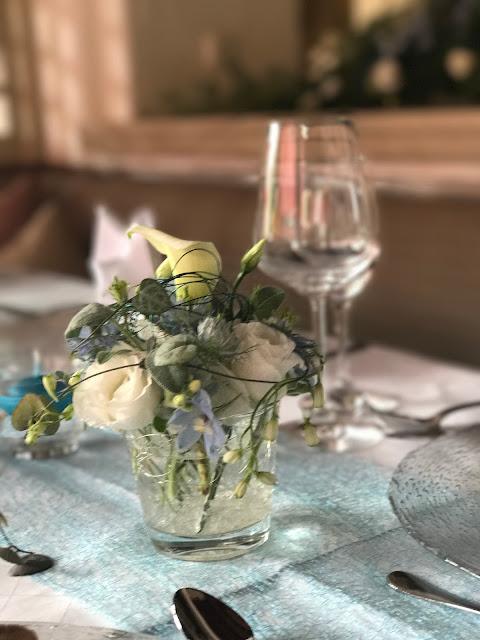 Tischblumen, Hochzeitsmotto Flug der Kraniche, 1000 Origami-Kraniche zur Hochzeit, heiraten im Riessersee Hotel Garmisch-Partenkirchen, Bayern, Hochzeitsplanerin Uschi Glas, petrol und weiß