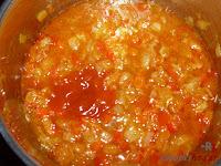 Añadiendo el tomate frito y el vino