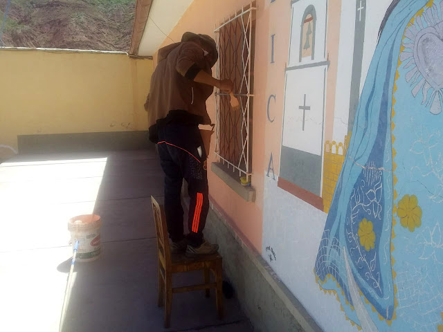 man malt den Innenhof des Pfarrhauses