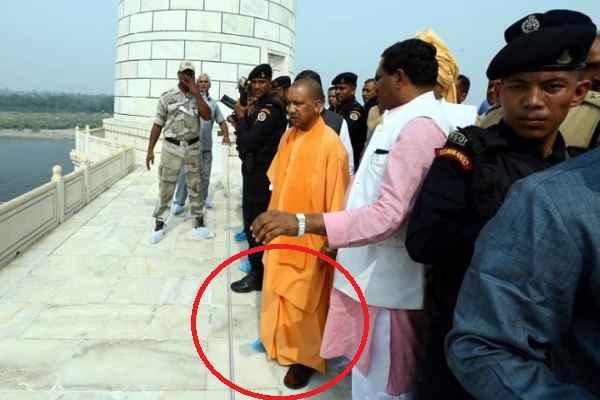 up-cm-yogi-adityanath-and-commando-visit-taj-mahal-with-juta