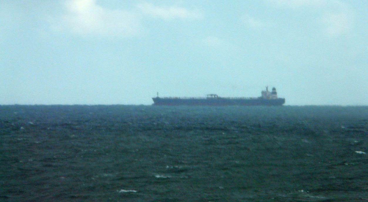 barco en el horizonte