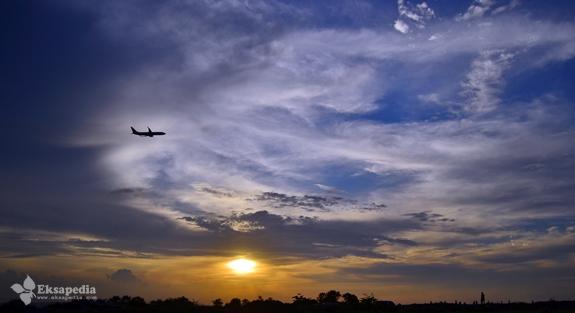 Lihat Pesawat Di Pantai Maron