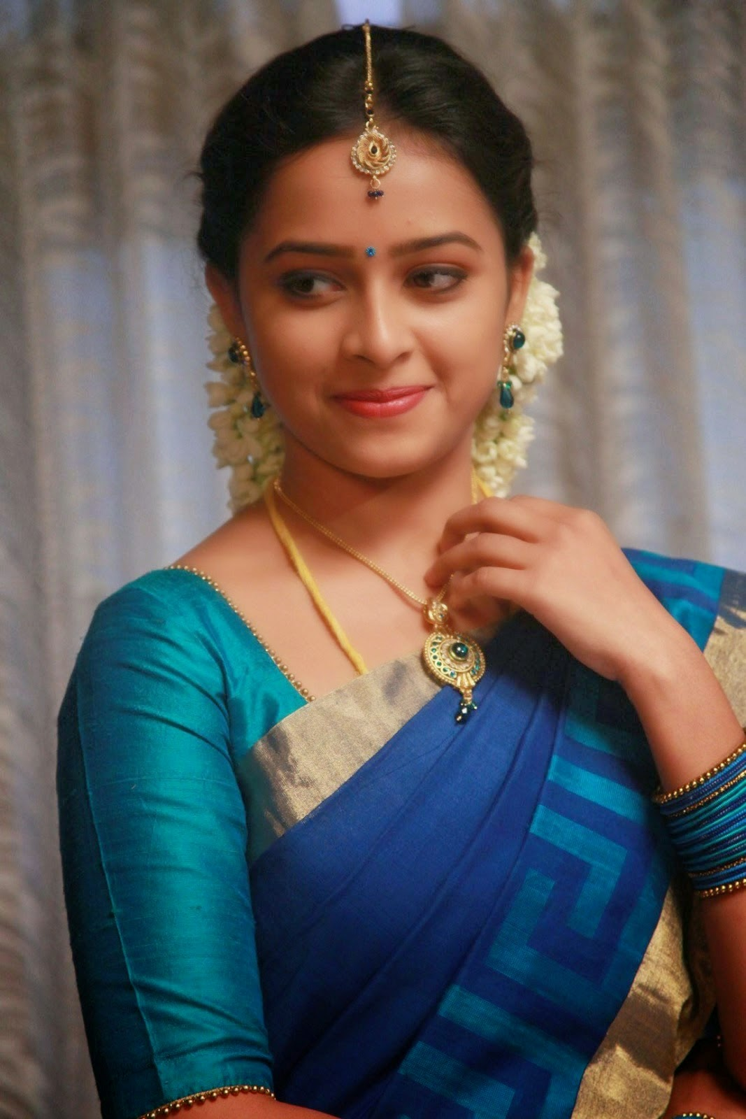Actress Sri Divya Photos: HOMELY ACTRESS