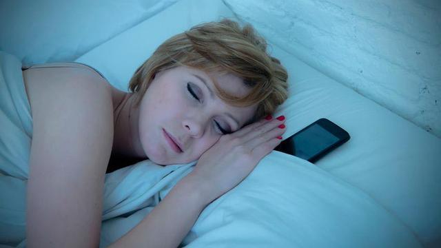 Jangan Letakan Ponsel Dekat Kepala Saat Tidur