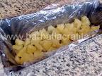 Prajitura diplomat preparare reteta - asezam bucatelele de ananas pe fundul tavii de chec