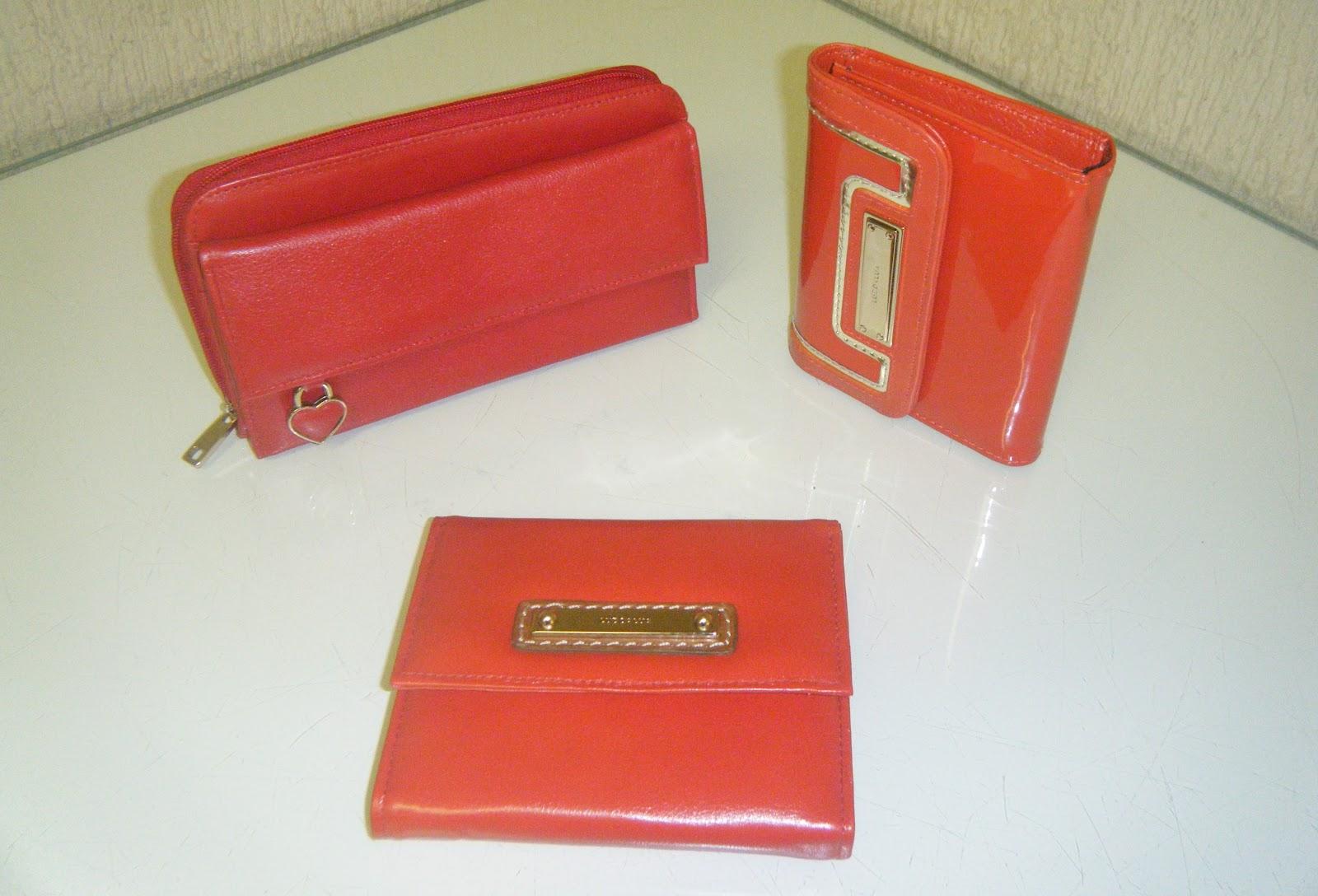 a06841bdd A Capodarte também aposta no vermelho e além disso no azul e também em tons  pastel. Dá uma olhada nessas carteiras em matelacê. Muito charmosas.