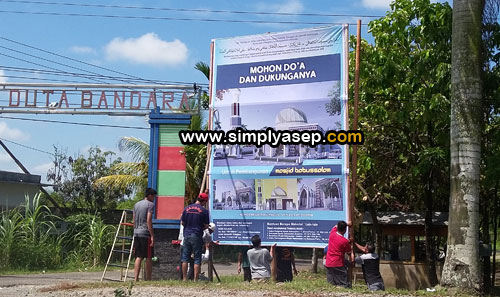 DEPAN GERBANG MASUK : Satu Baliho Masjid Babussalam Duta Bandara dipasang di pintu gerbang Masuk komplek kemarin (11/3). Foto Asep Haryono