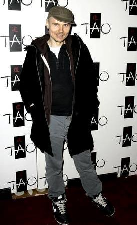 Foto de Billy Corgan con abrigo