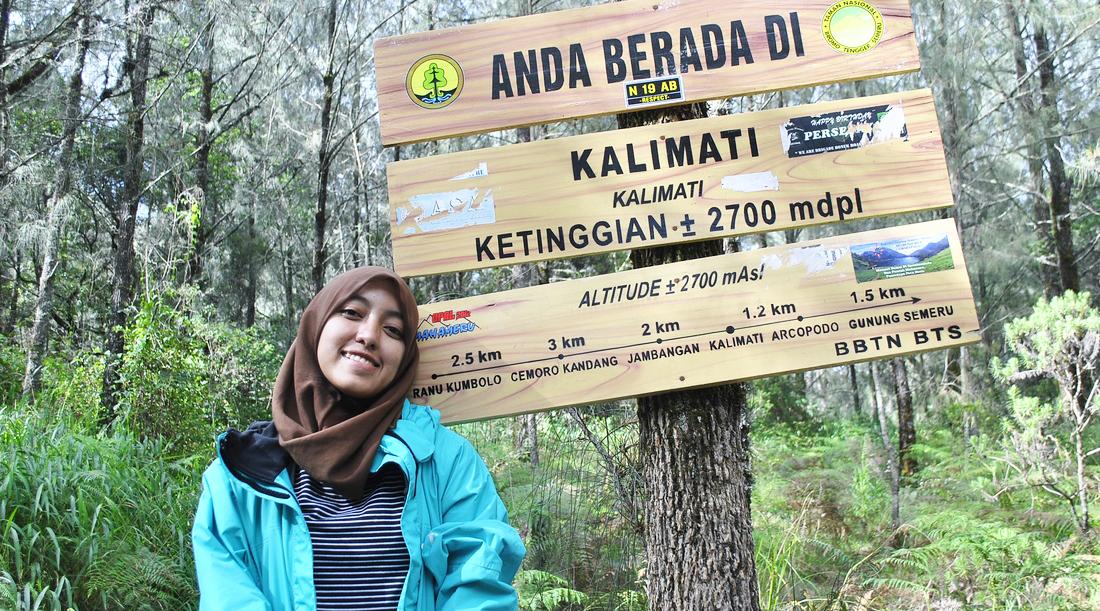 pendaki cantik pakai hijab di gunung semeru di kalimati