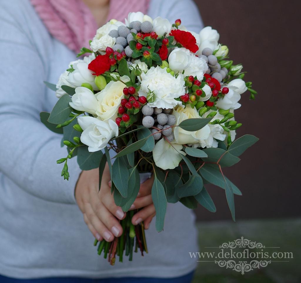 Bukiet ślubny białe kwiaty z czerwonym i szarym akcentem
