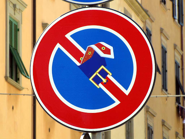 Clet Abraham, no parking sign with unbuckled belt, piazza dei Domenicani, Livorno
