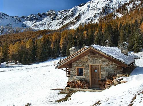Luoghinelmondo capodanno in baita 31 dicembre sulla neve for Foto interni baite di montagna