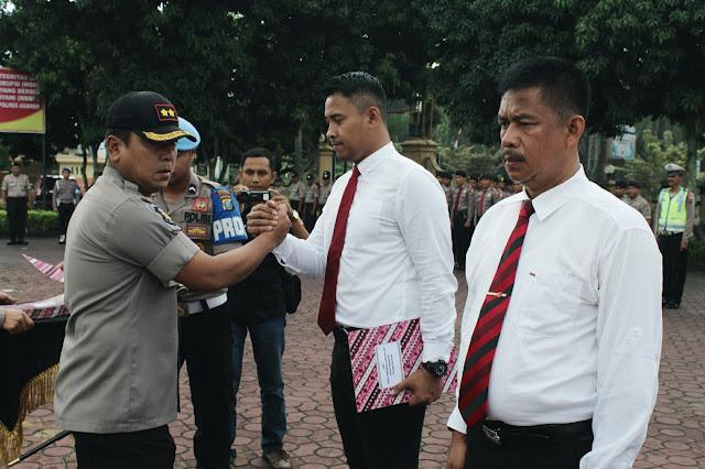 Kapolres Asahan AKBP Faisal Napitupulu memberikan piagam penghargaan kepada Kasatreskrim AKP Ricky Pripurna Atmaja.