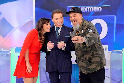 Na foto: Mylla Christie, Silvio Santos e João Gordo tiram selfie no palco. Crédito: Lourival Ribeiro/SBT