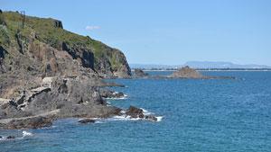 Kondisi alam wilayah Mediterania, berbukit kering, dataran sempit, pantai