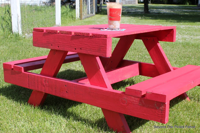 pallets, picnic table, kids table, outdoor furniture, pallet furniture, build it, salvaged wood, http://bec4-beyondthepicketfence.blogspot.com/2016/06/petite-pallet-picnic-table.html