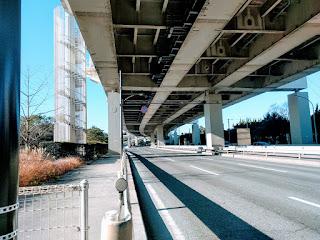 上は高速道路、下は東京湾岸道路のまっすぐに伸びる三車線の道路