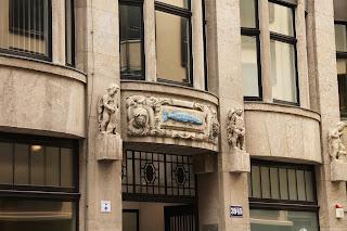 """Das Hauszeichen, der """"Blaue Hecht"""" über dem Eingang"""