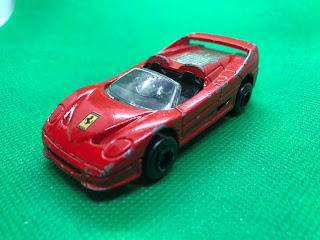 フェラーリ F50 のおんぼろミニカーを斜め前から撮影