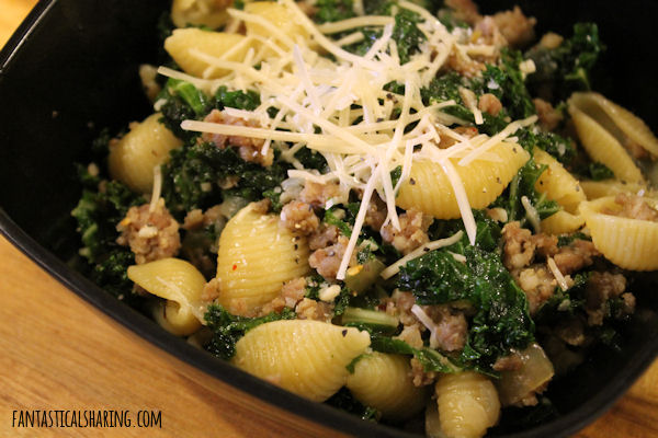 One Pan Italian Sausage and Kale Pasta // This wonderful pasta recipe with all the best stuff is ready in under 30 minutes! #recipe #sausage #pasta #kale