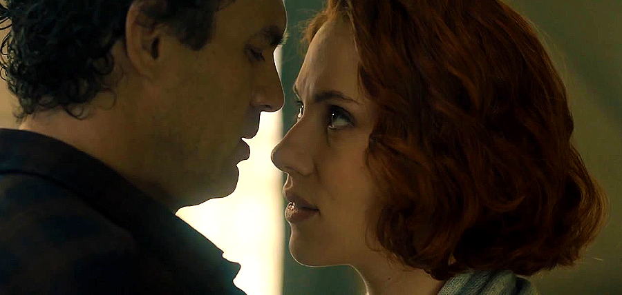 Mark Ruffalo (Hulk) şi Scarlett Johansson (Black Widow) în Avengers: Age Of Ultron