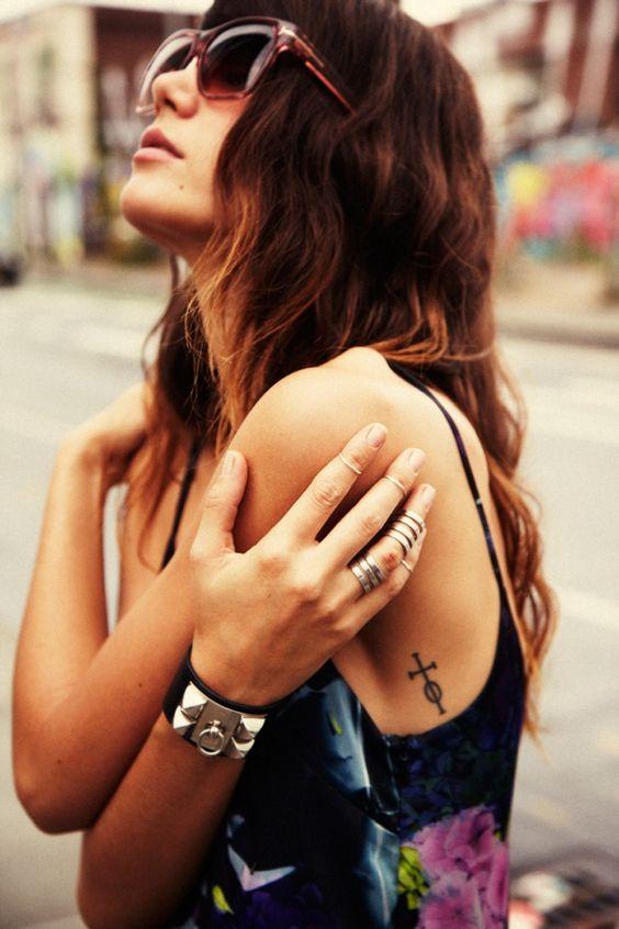 chica con el cabello largo y estilo de vestir bohemio y natural, lleva tatuajes de estilo boho
