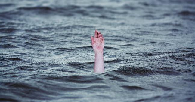 Βόλος: Είπαν σε ζητιάνο να πέσει στη θάλασσα για 2 ευρώ και το έκανε