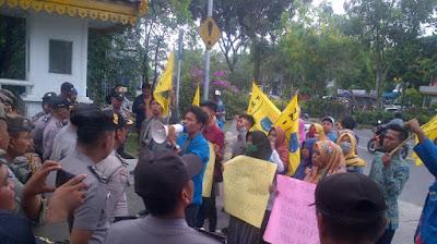 PMII Kota Pekanbaru menggelar aksi unjuk rasa di depan Kantor Walikota Pekanbaru