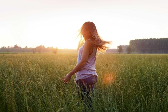 Fotografia di ragazza in un campo