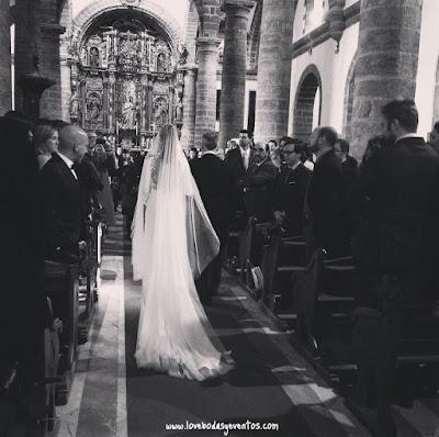 novia, en la entrada a la iglesia, fotos de LoveWeddingPlanners