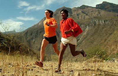 "Scott Jureck y tarahumara corriendo ultramaratón de ""Nacidos para Correr"""