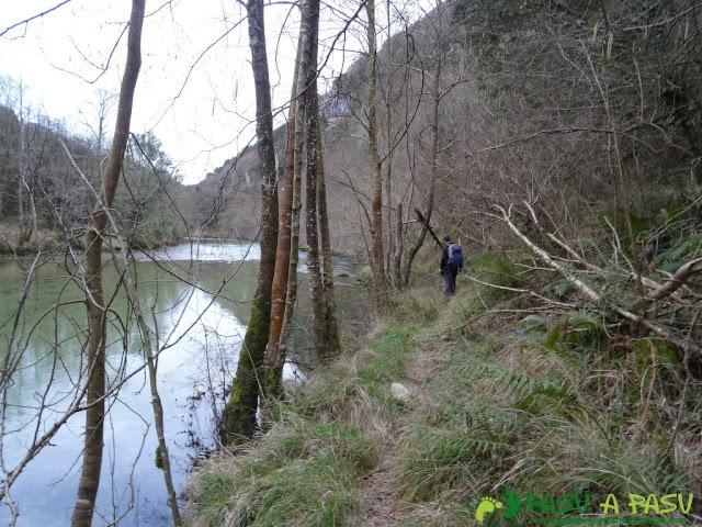 Ruta a la Pica de Peñamellera: Bajando por la senda a la derecha del Río Cares